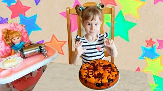 Полина помогает маме готовить вишневый пирог. Маленькая помощница