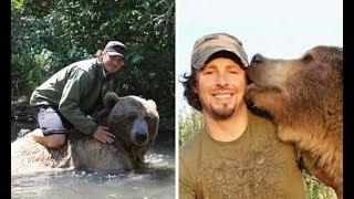 Фото Когда-то этот мужик спас медвежонка. Теперь он вырос – и они лучшие друзья