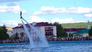 Удивительные полеты  над водой: потрясающее  водное шоу