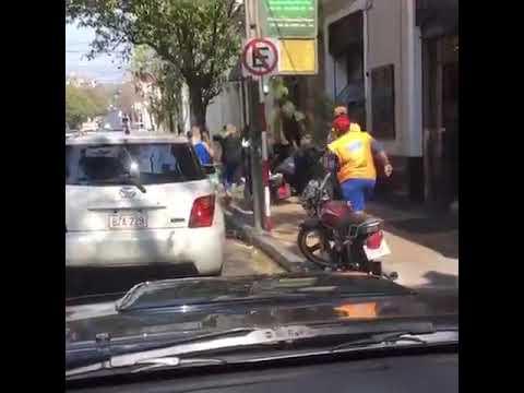 Zorro a los golpes con automovilista que se enojó porque le pusieron cepo