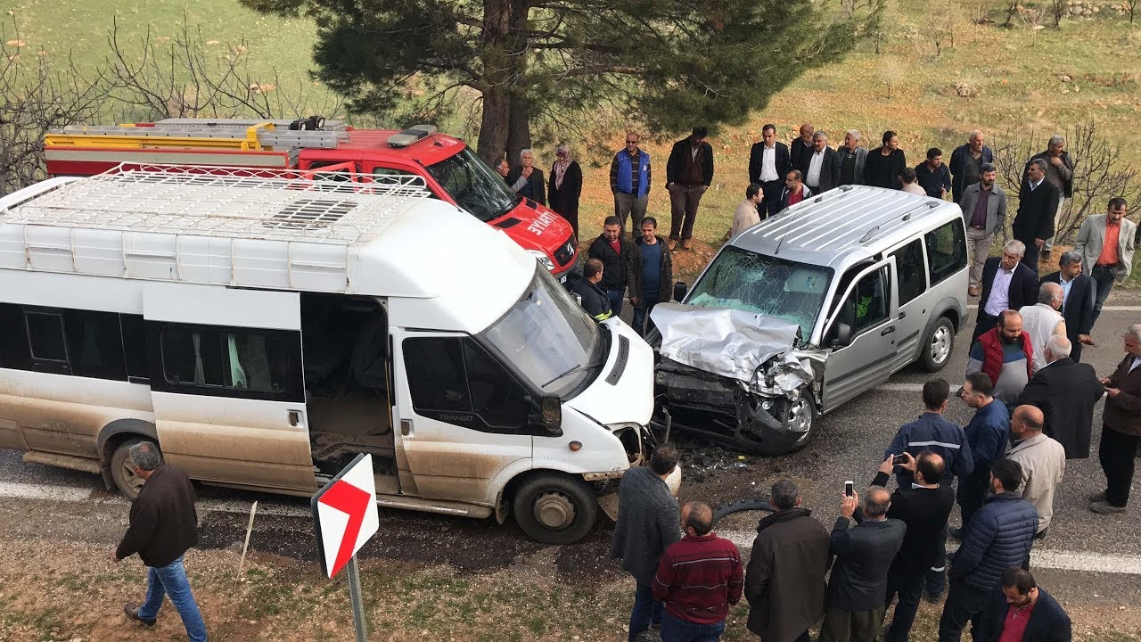 Minibüs İle Hafif Ticari Araç Kafa Kafaya Çarpıştı: 14 Yaralı