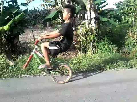 Video Lucu Anak Naik Sepeda Standing Sepeda Tanpa Ban Depan Youtube