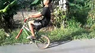 """Video Video lucu anak naik sepeda""""standing sepeda tanpa ban depan"""" download MP3, 3GP, MP4, WEBM, AVI, FLV Oktober 2018"""