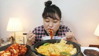 독이 바짝 오른 실비김치에 뜨겁고 매운 뚝배기 어묵 열라면 먹으며 눈물 한바가지 쏟음 (feat.떡갈비) very spicy kimchi & ramyon mukbang ASMR