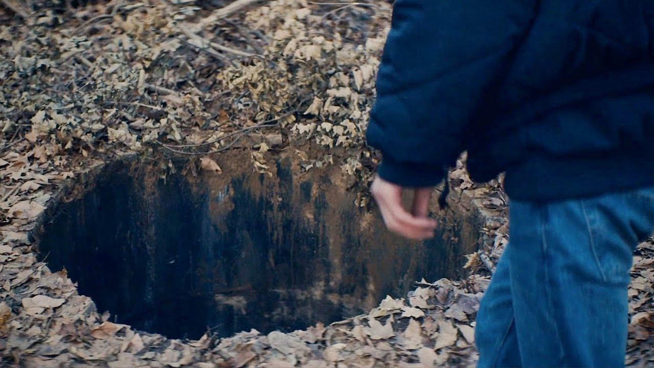 【穷电影】男孩靠近林中的一个大坑,看到里面的情况,害怕的不敢告诉别人