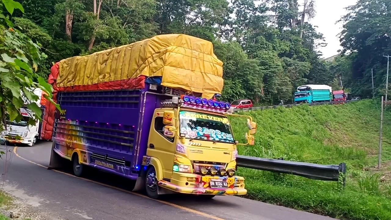 Truck Lintas Tenggara||Jalan Beriringan Menuju Pelabuhan
