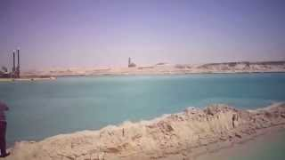 See the new Suez Canal and the water held in the sector Dftiha between East and dredgers deepen