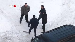 В Самаре стая бродячих собак напала на девушку, это увидели парни на машине и расстреляли собак