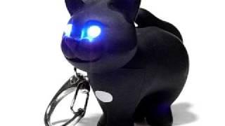 キッカーランドの猫のキーホルダーは、頭のボタンを押すと、目が光って...