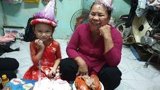 Dì 3 mang cua và bánh kem đến làm sinh nhật cho bé gái 6 tuổi mắc bệnh thiếu máu bẩm sinh