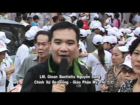 Linh muc Nguyen Sang phat qua cuu tro nguoi ngheo 02