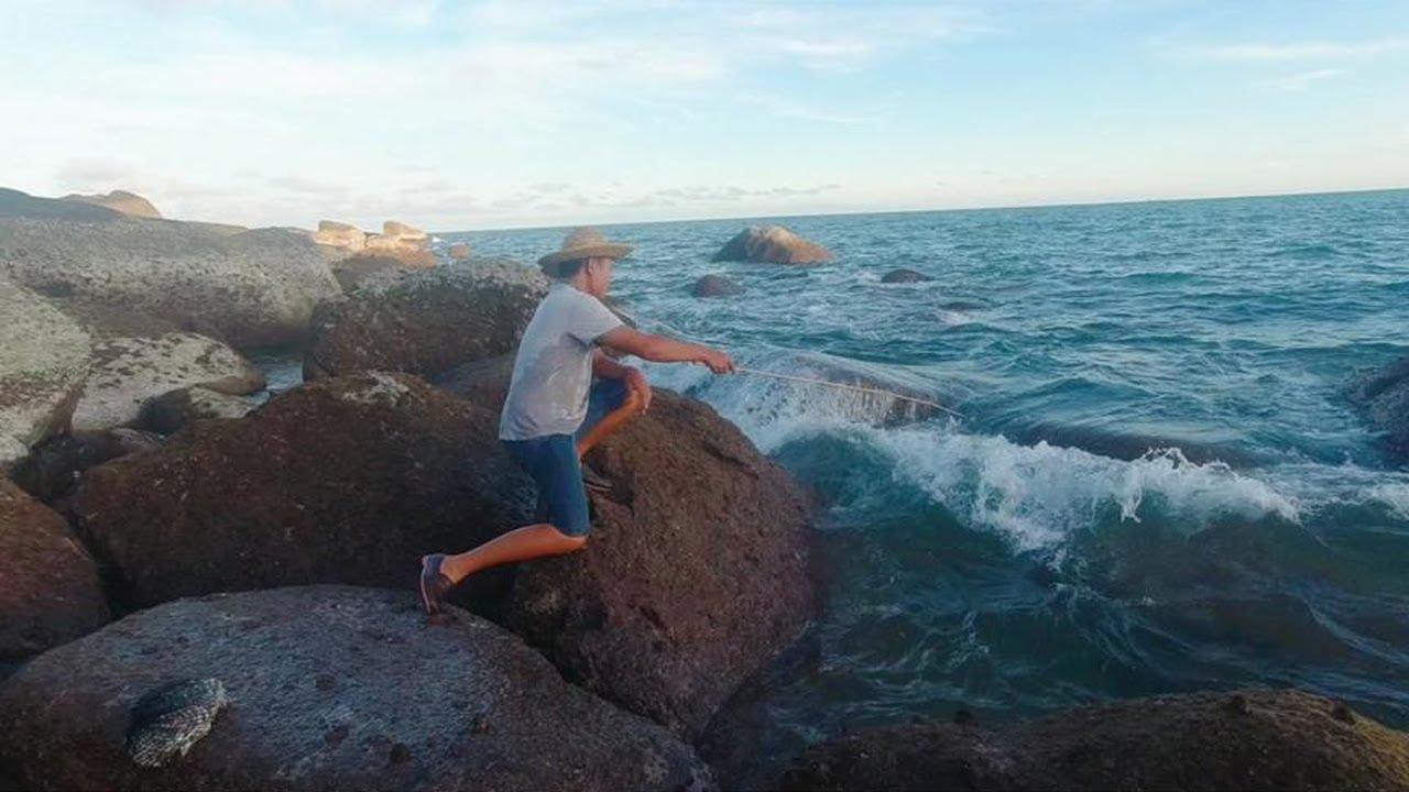 老旺冒著大風大浪去趕海,各種魚貨瘋狂咬鉤,收穫大驚喜【老旺與海】