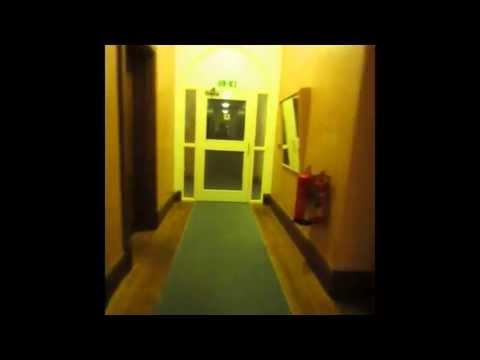 自分の部屋からレッスンクラスに行くのに8つのドアを開ける Girton College in Cambridge .