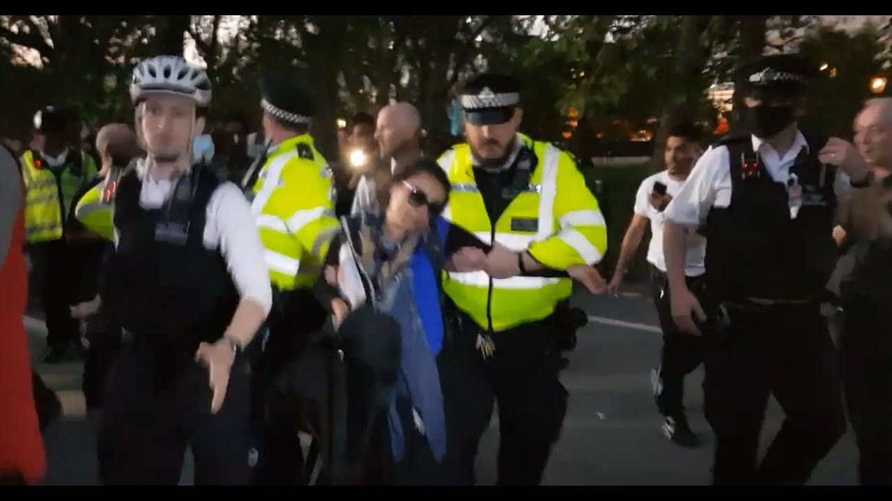 Download Hatun forced from Speaker's Corner by angry Muslims!