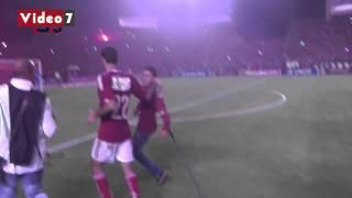 بالفيديو.. أبوتريكة يتوقف لمصافحة «معاق» بعد ملاحقته له بأرض الملعب