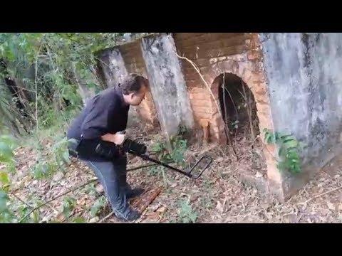 Procurando TESOUROS na fazenda  com um Detector de Metais PROFISSIONAL !!