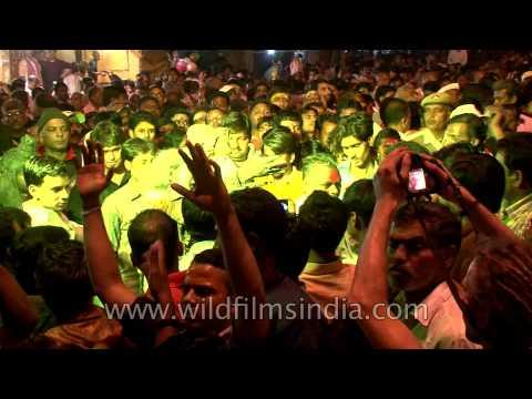 Chaotic mass Procession on Maha Shivaratri in Varanasi!