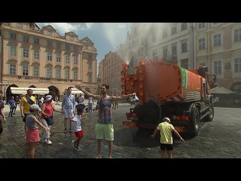 Prag'da turistler arazöz kamyonundan sıkılan suyla serinledi