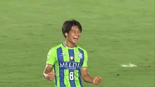 敵陣でボールを奪った味方選手のラストパスを山田 直輝(湘南)が無人の...