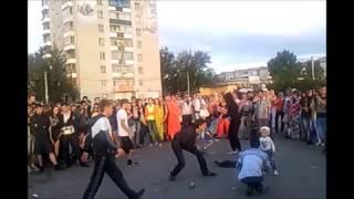 Краснокаменск. Мужики отжигают около ДК Даурия на День молодежи