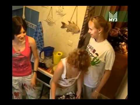 Лапает девочку в автобусе видео