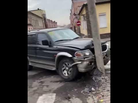 Без Купюр У центрі Кропивницького зіткнулися Mitsubishi та BMW. ФОТО. ВІДЕО За кермом  новини Кропивницький ДТП