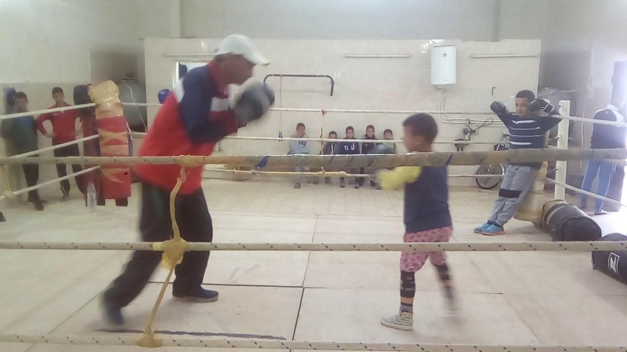 طفل موهبة سنه لا يتعدا 5 سنوات بمدرسة الملاكمة بمقطع دوز ولاية معسكر مع شيخ بلعربي
