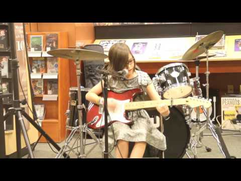 Lucky sings Fearless at Barnes and Noble Oct 30 2015 with Thacher Montessori School