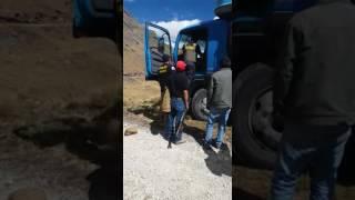 PERSONA DE SERENAZGO Y POLICÍA EN  EL CAMIÓN