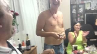 Мокрая девочка танцует ржака