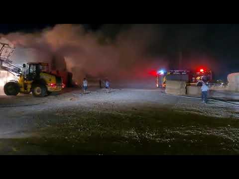 צפו: כוחות כיבוי וטרקטור מנסים לכבות שריפה במתבן רפת 'מעון כרמל'