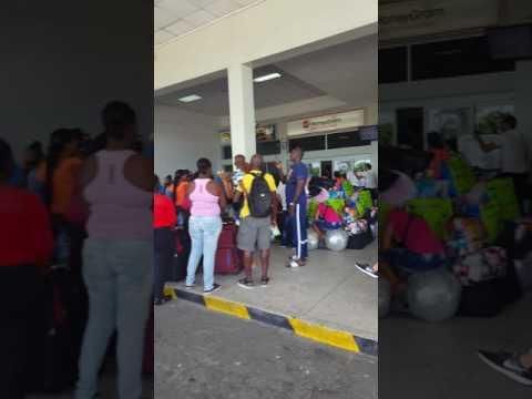 Cubanos tirados en el aereopuerto de Guyana Inglesa x culpa de la Linea easysky hace 4 dias