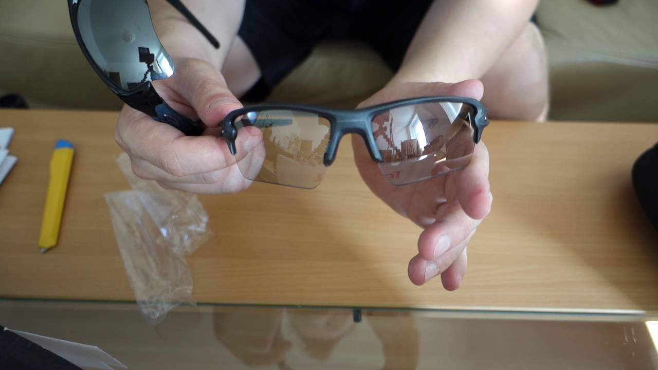 e60a730f70  Unboxing  Oakley Flak 2.0 XL Photochromic - part 3 - Comparison with Oakley  Flak Jacket 2.0 XLJ - YouTube
