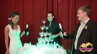 Очень красиво. Пирамида из бокалов шампанского.