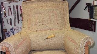 Le fauteuil Anglais et son Tabouret réalisé dans l'espace atelier de l'association.