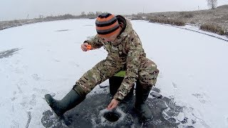 Только эта мормышка и выручила! Зимняя рыбалка на безмотылку. Первый лед 2017-2018.