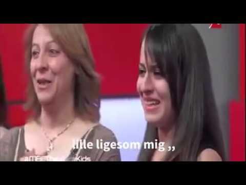 Det er en lille pige fra Syrien der synger en barndommen sang - Oversæt af Majdi alrasheed