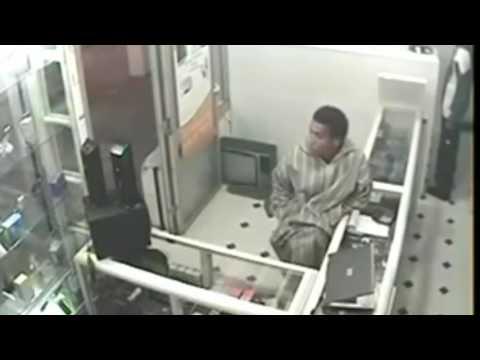 【監視カメラ映像】黒人の男性がパソコンを盗む瞬間をとらえた。
