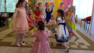 Танцуют мамы и дети в детском саду.