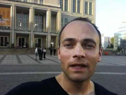 Vor der Oper Leipzig