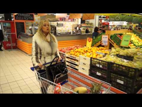 Флешмоб в магазине Минска покупатели и охранники запели оперу.