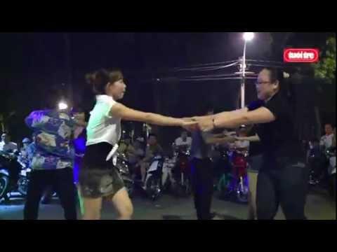 Khiêu vũ tưng bừng trên đường phố Sài Gòn