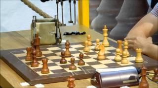 Шахматы . Человек и робот .