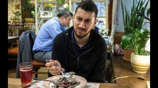Египетский болельщик пробует русскую еду в Екатеринбурге