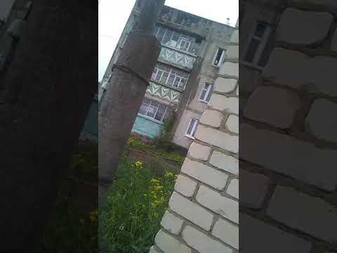 Женщина в г. Лукоянове поливает соседей