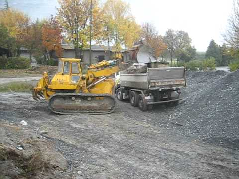 CATERPILLAR 977 loading a truck