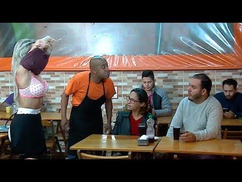Garçonete tira a blusa para limpar mesa e deixa a mulherada revoltada