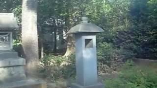留魂祠は西郷隆盛をいたみ、 勝海舟が私費で建てた碑。勝海舟の墓はその...