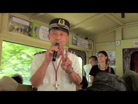 Zingende treinconducteur en gids in Japan,singing railway guard and guide in Japan
