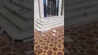 بالفيديو والصور .. سقوط البلاط الخارجي لمبنى